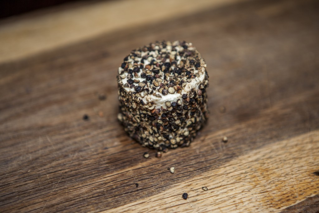 biologische verse geitenkaas zwarte peper